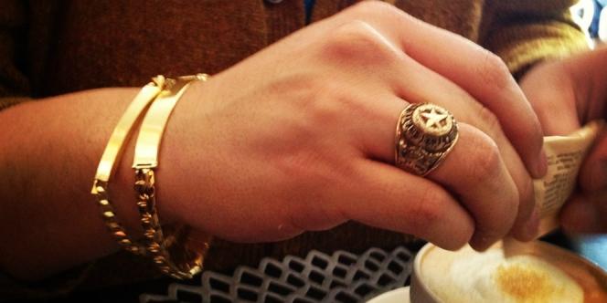 jangan membawa perhiasan mewah