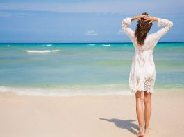 barang wajib bawa liburan di pantai