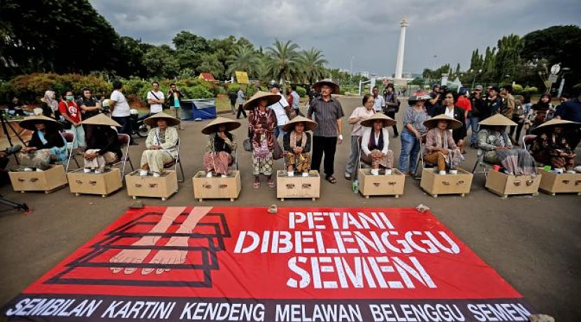 ibu-ibu kendeng menyemen kaki di depan istana negara