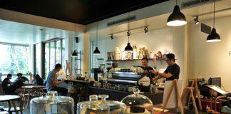 menikmati kopi di kedai kopi