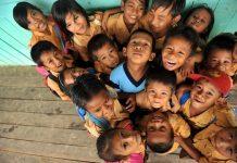 Anak-anak tersenyum