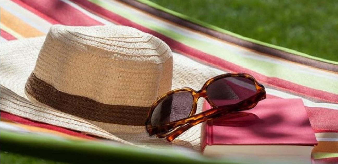 Topi Pantai dan Kacamata