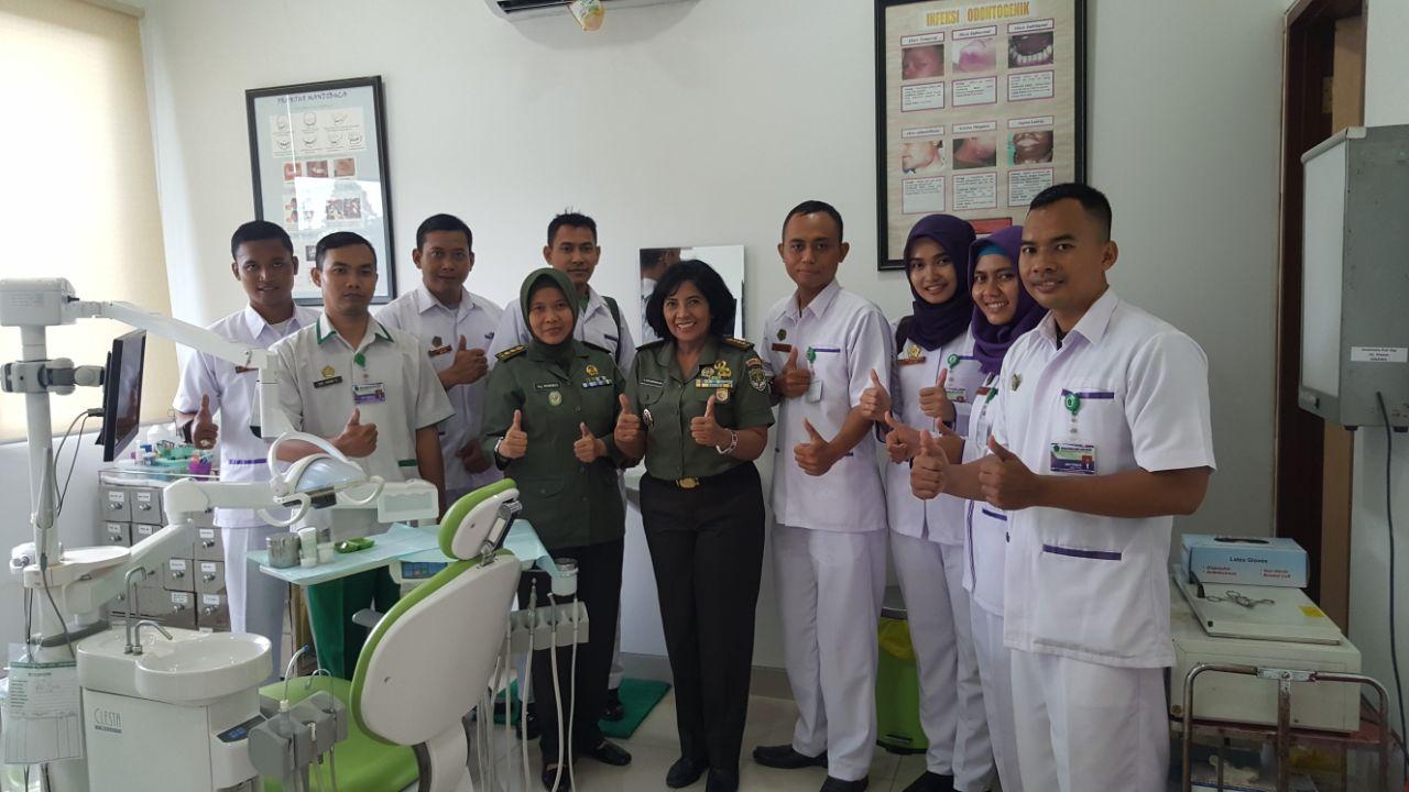 Bersama Kepala RS Moh Ridwan Meuraksa dan penanggung jawab Poliklinik Gilut Letkol Ckm (K) drg Murniwati