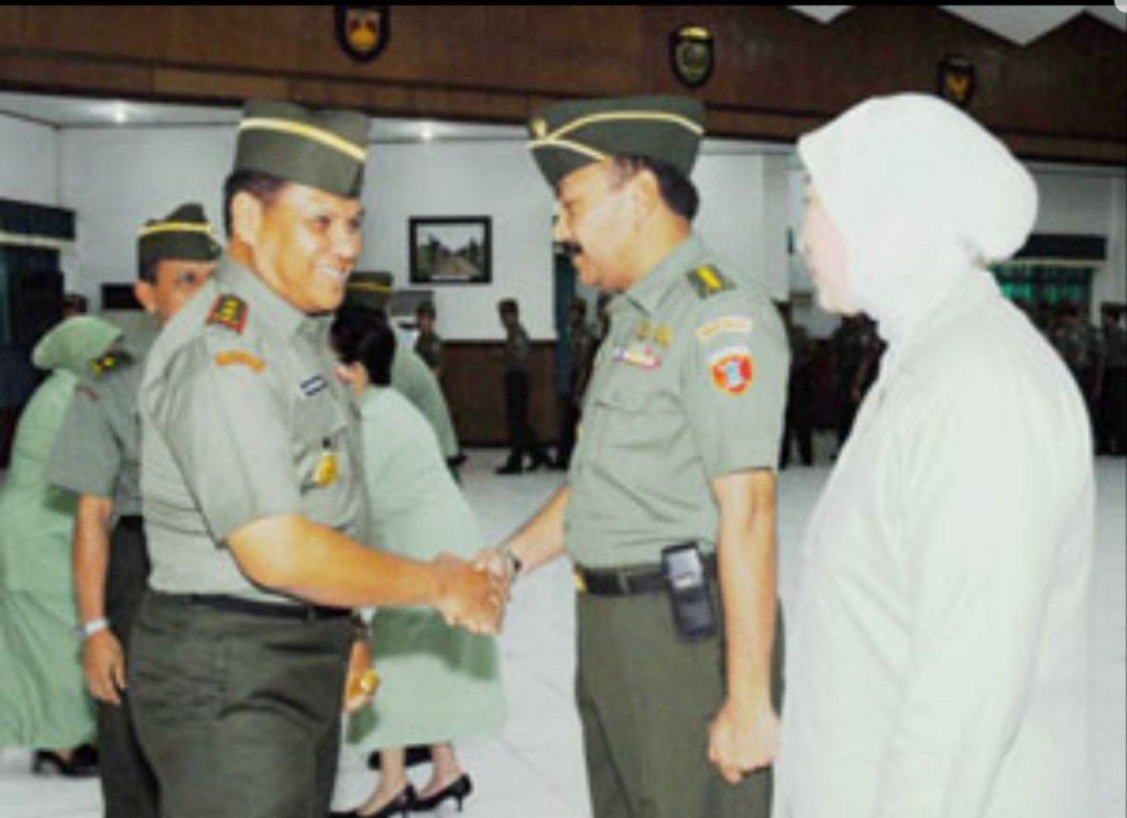 Pangdam VI/Tpr pada tahun 2007 Mayjen TNI GR Situmeang memberikan ucapan selamat kepada Kakesdam VI beserta Ibu Eddy Mahidin