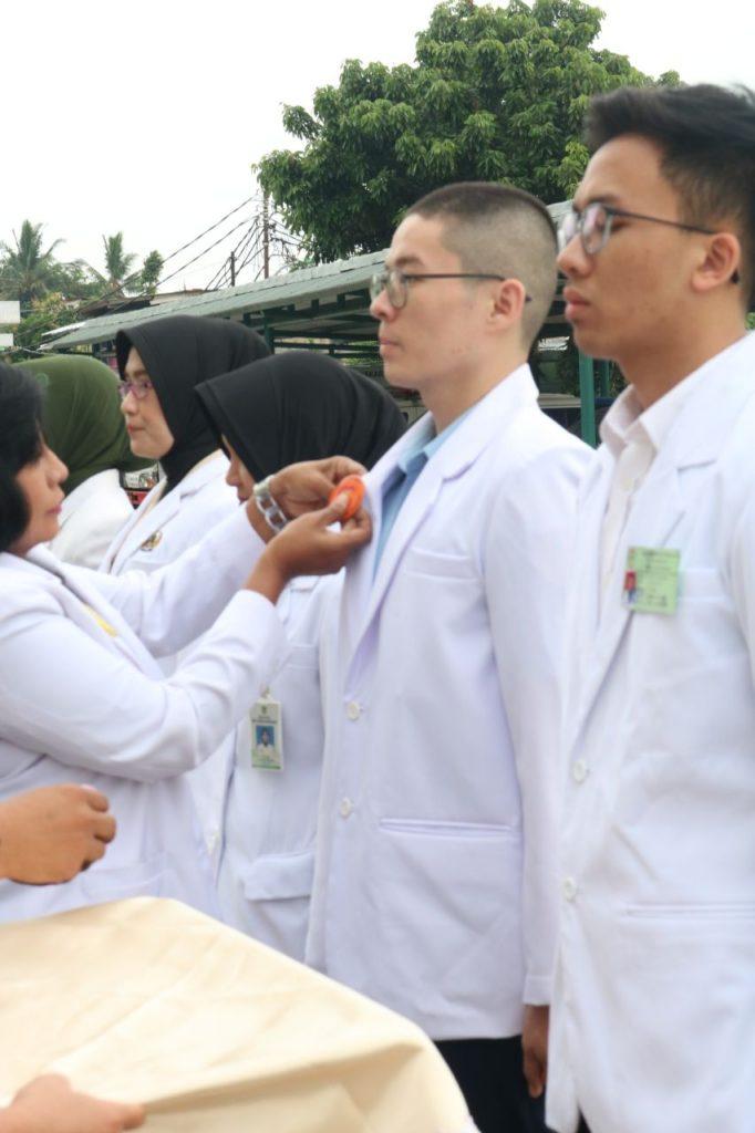 Penyematan pin dokter Internsip kepada Letda Kes AU dr. Andreas Eka