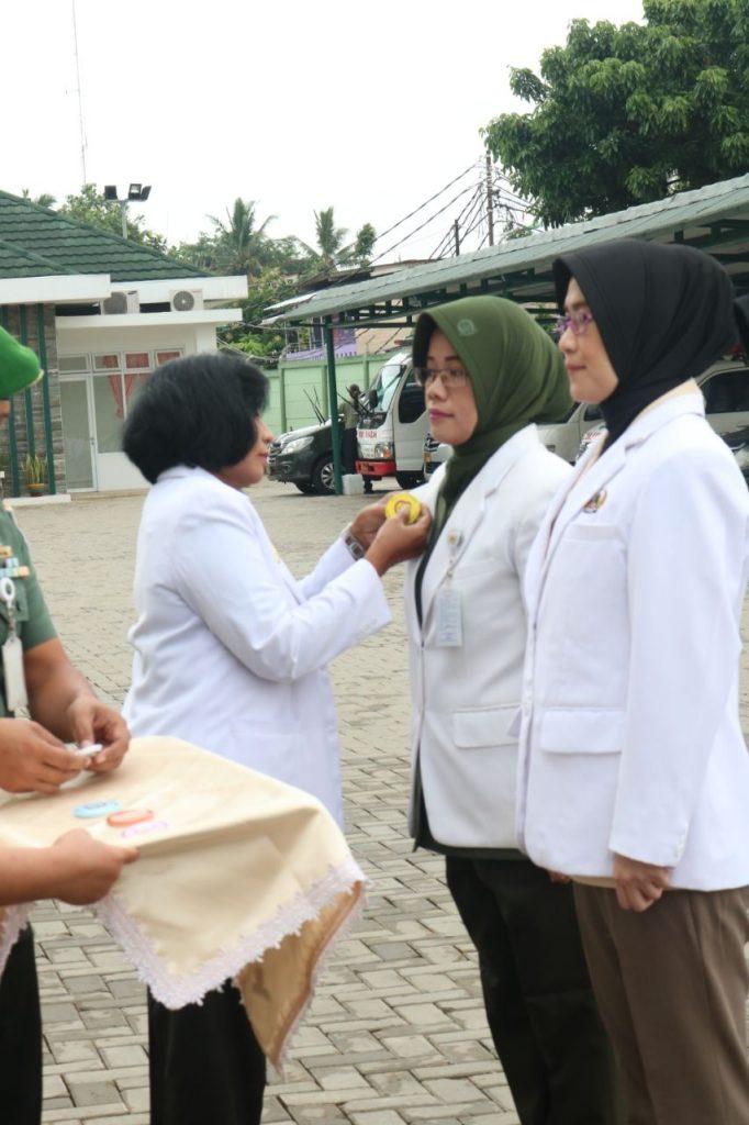 Penyematan pin dokter spesialis kepada Mayor Ckm (K) dr. Nanik Prasetyoningsih, MH, SpPK
