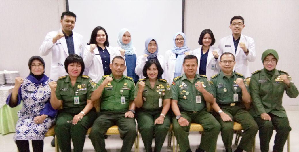 Para dokter Internsip berfoto bersama kepala RS Moh Ridwan Meuraksa, Wakarumkit dr. Edli Warman, SpOT (K) Spine, Ketua Komite Medik Letkol Ckm (K) dr. Eny Ambarwati, SpPD, Kol drg. M. Zaelani, SpProst, MARS, Kainstaldik Mayor Ckm (K) dr, Nanik, SpPK dan dr Bonita selaku dr pendamping