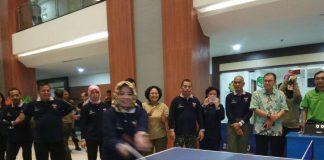 Turnamen tenis meja dibuka dengan pemukulan bola pertama oleh Karumkit MRM yang ditujukan kepada Kakesdam Jaya