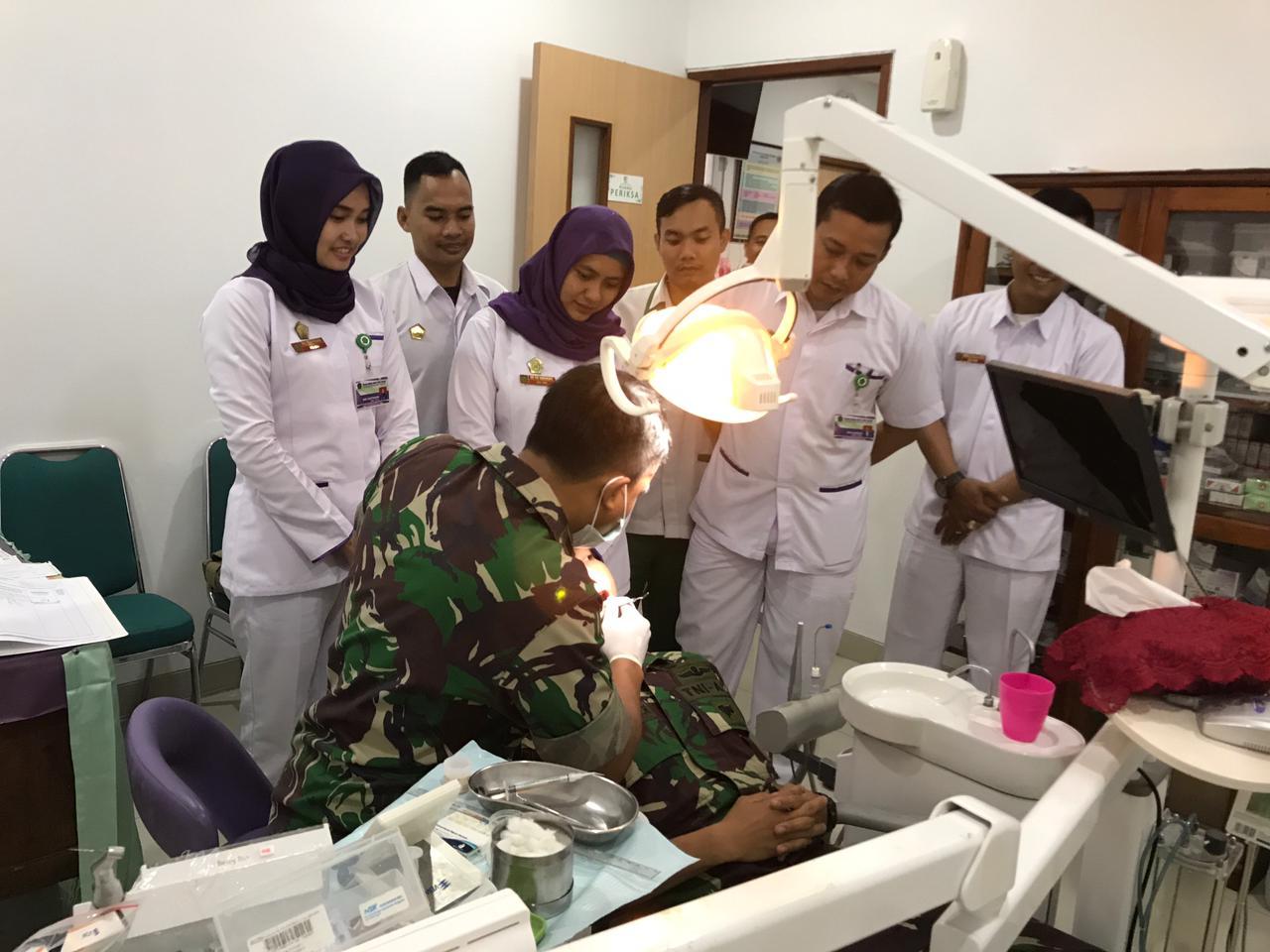 Para mahasiswa AKG mengamati pelayanan yang diberikan oleh Kapten Ckm drg Andi Kurniawan, Sp.Konservasi