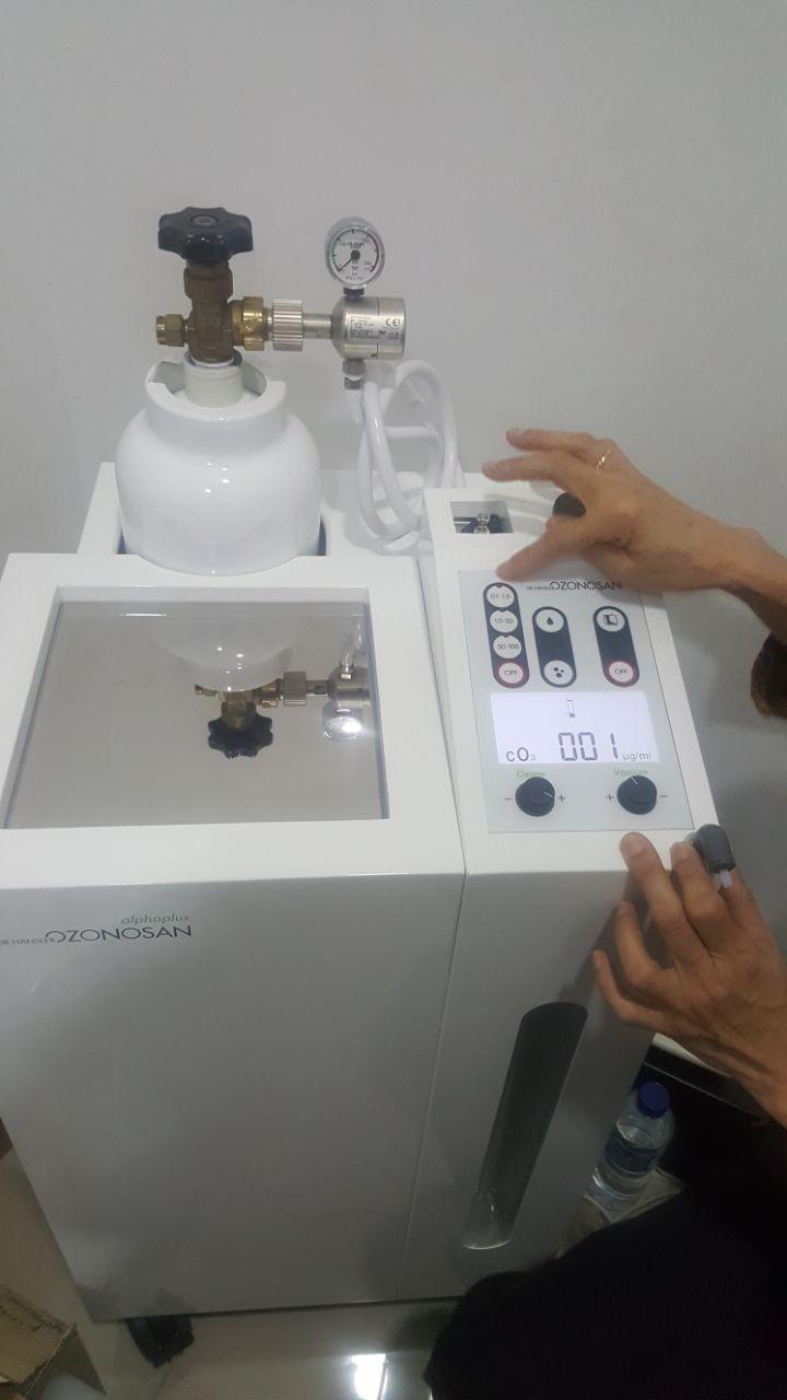 Ibu Christine dari PT Sigi melaksanakan uji fungsi terhadap alat Ozonosan