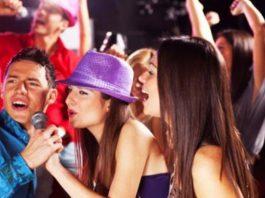 Menikmati Karaoke Bersma Teman