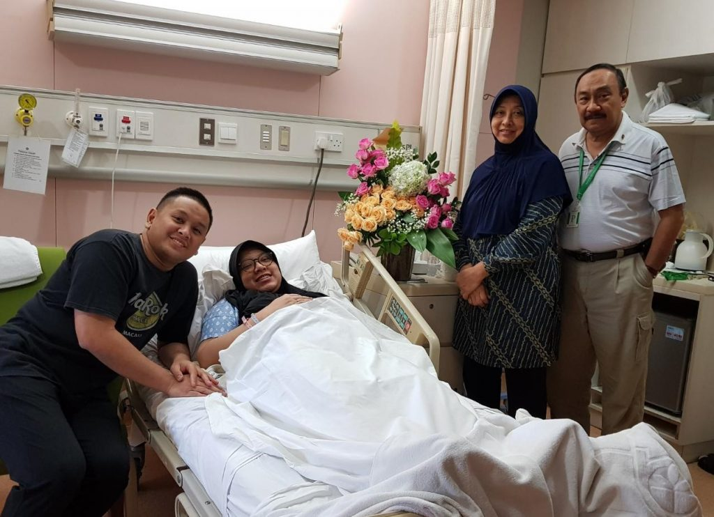 Dr. Vivi, panggilan akrab dr. Elvrida bersama keluarga tersenyum bahagia setelah kelahiran putra pertamanya.