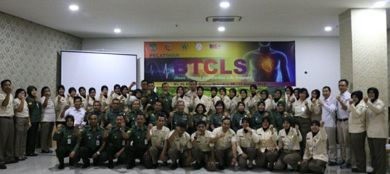 Foto bersama peserta pelatihan BTCLS bersama Kepala RS beserta jajarannya dan Irdam Jaya Kolonel Infanteri Broto Guncahyo