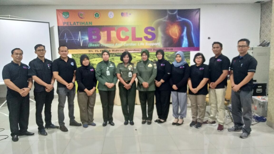 Foto bersama kepala RS Moh Ridwan Meuraksa bersama Tim Pelatih dan Panitia