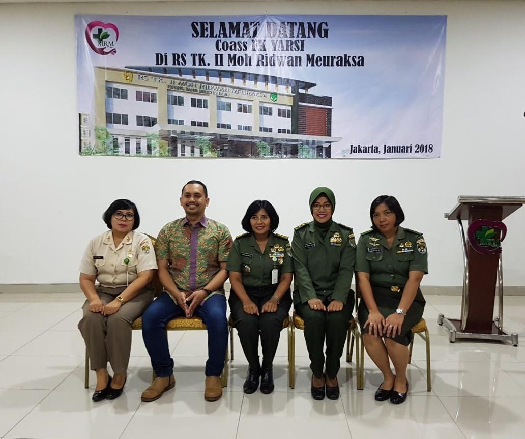 Kepala RS Moh Ridwan Meuraksa bersama dr. Ahmad Haykal AR Abubakar, SpKK, Mayor Ckm (K) dr. Nanik Prasetyoningsih, SpPK, Mayor Ckm (K) dr. Atiek, SpRad dan ASN Mujiwati, SST