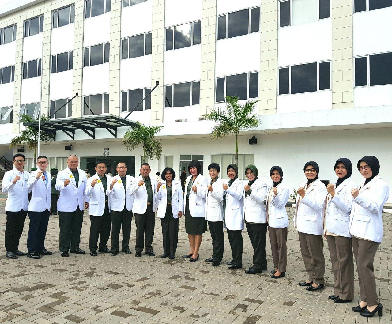 Para dokter dengan jas putih dan pin identitas
