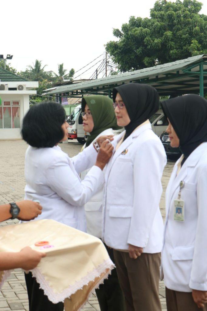 Penyematan pin dokter jaga kepada ASN dr. Devi Wijayanti