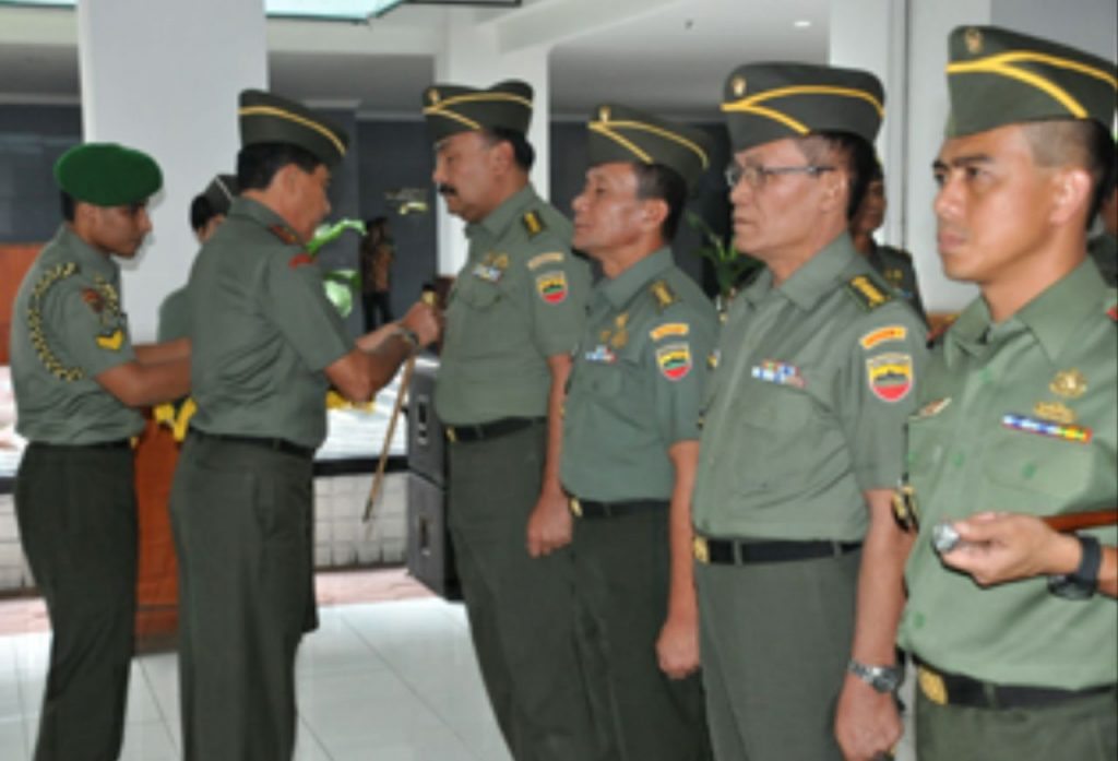 dr. Eddy Mahidin, SpTHT saat menerima jabatan sebagai Kakesdam VI Tanjungpura dari Pangdam VI.