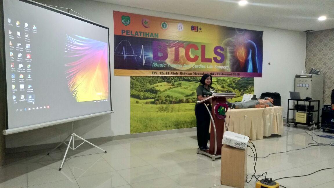Sambutan Kepala RS Tk II Moh Ridwan Meuraksa Kolonel Ckm (K) dr. Dian Andriani, SpKK, M. Biomed, MARS, FINSDV pada acara penutupan Pelatihan BTCLS