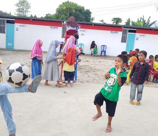 Anak-anak bermain bola di Huntara