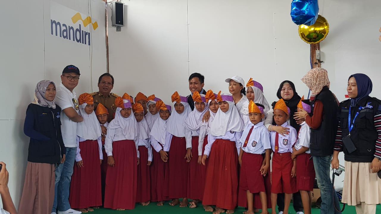 Anak-anak menyanyi bersama Menteri BUMNRini Soemarno